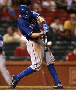 Ian Kinsler collected 2 hits, including the go-ahead single in the 7th inning, and the Rangers sweep the Cardinals after a 2-1 win.